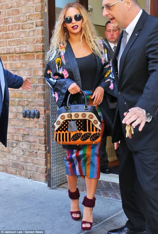 35453AE300000578-3640341-Flawless_Beyonce_looked_lovely_in_a_colorful_look_on_Tuesday_in_-m-6_1465924415199