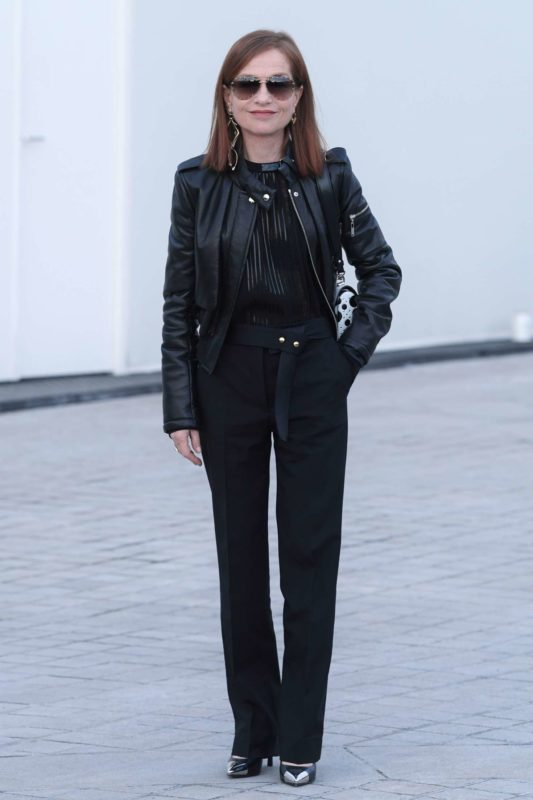 Isabelle-Huppert_-Louis-Vuitton-Show-at-2017-PFW--01