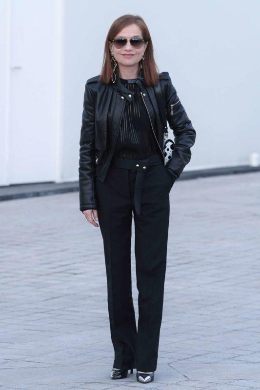 Isabelle-Huppert_-Louis-Vuitton-Show-at-2017-PFW--01