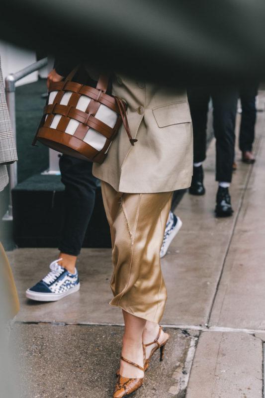 street_style_new_york_fashion_week_vestido_falda_abrigo_looks_tendencias_otono_2018_2019_593629637_1200x1800
