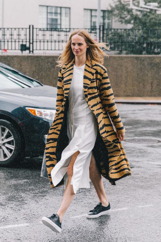 street_style_new_york_fashion_week_vestido_falda_abrigo_looks_tendencias_otono_2018_2019_617950611_1200x1800