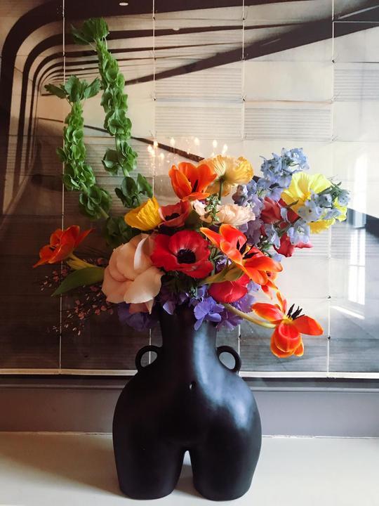 love-handles-black-matte-vase-flowers_540x